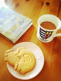 食べ物の皿とコーヒー1杯の写真・画像素材[4918900]
