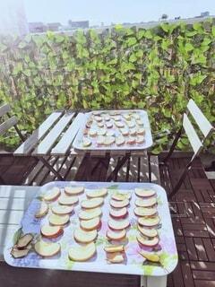 食べ物の皿をトッピングしたテーブルの写真・画像素材[4930388]
