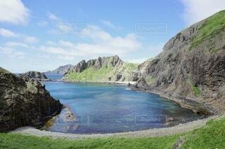 水域の真ん中にある岩の島の写真・画像素材[4897601]