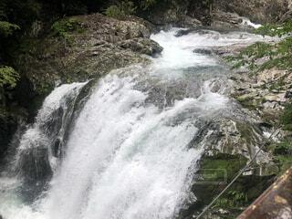 水の上に大きな滝の写真・画像素材[4874809]