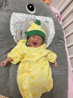 パイナップルを着た新生児の写真・画像素材[4876786]