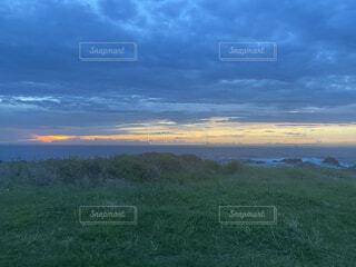 雲の中の夕焼けと海の写真・画像素材[4875578]