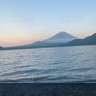 富士山と本栖湖の写真・画像素材[4875845]