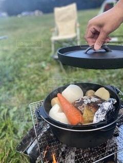 ダッチオーブンと鶏と野菜丸焼きの写真・画像素材[4875848]