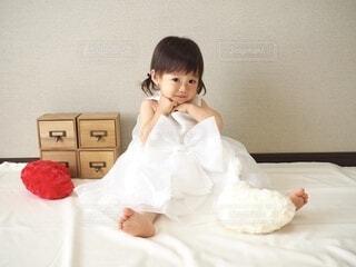 ドレスを着て座る女の子の写真・画像素材[4889588]