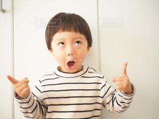 指を指す男の子の写真・画像素材[4894658]