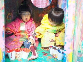 ペイントアートをする子供の写真・画像素材[4894675]
