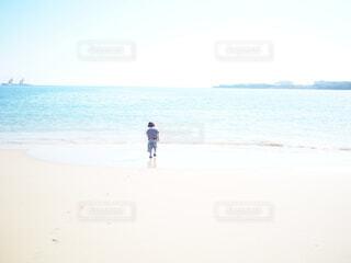 海辺に立っている人の写真・画像素材[4896032]
