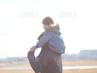 肩車で空を見つめる父と子の写真・画像素材[4896732]