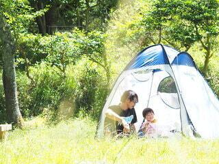 テントの中でお昼ご飯を食べる父と息子の写真・画像素材[4906145]