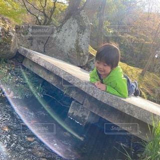 川の中に魚がいるか覗いているの写真・画像素材[4946581]