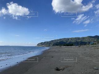山の近くのビーチの写真・画像素材[4875701]