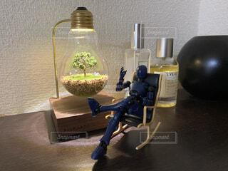 机に机を置いて机をテーブルの上に置くの写真・画像素材[4875717]