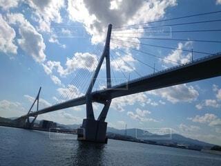 海から見上げるかなえ大橋の写真・画像素材[4875951]