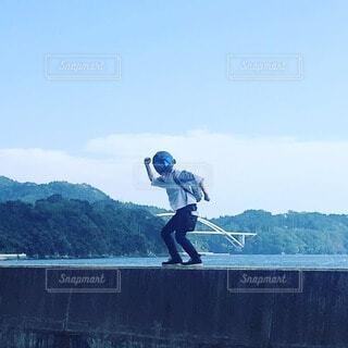 ヘルメットを取り忘れて踊る人(ง ´͈౪`͈)วの写真・画像素材[4876060]