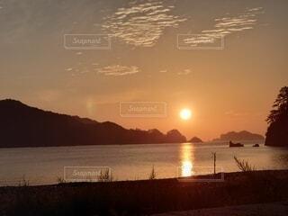 水の体に沈む夕日の写真・画像素材[4876237]