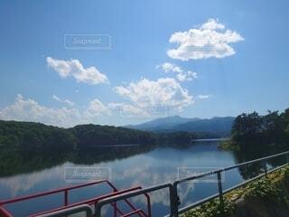 真夏のダム湖の写真・画像素材[4876219]