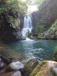 水の上に大きな滝の写真・画像素材[4878235]
