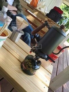 木製のテーブルの上に座っているラップトップコンピュータの写真・画像素材[4878250]