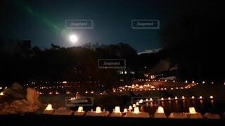 夜に明るくした街の写真・画像素材[4878253]