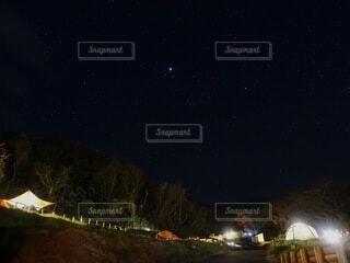 夜のキャンプサイトの写真・画像素材[4876162]