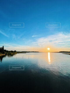 沼に沈んでいく夕陽の写真・画像素材[4878810]