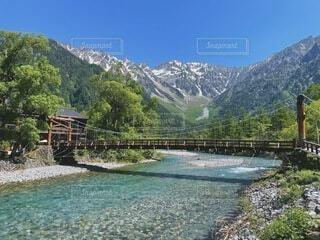 穂高山脈に流れる梓川の写真・画像素材[4878820]
