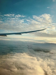 雲の上の飛行機の写真・画像素材[4876599]