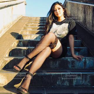 階段に座っている女性の写真・画像素材[4876482]