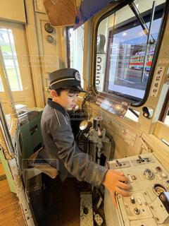 電車を操縦する少年の写真・画像素材[4876717]