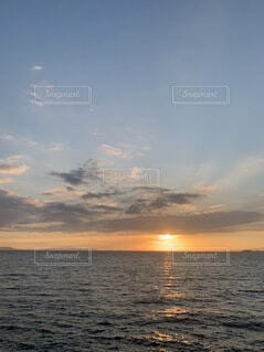 水平線の夕陽の写真・画像素材[4887614]