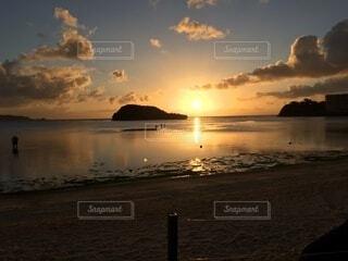 水の体に沈む夕日の写真・画像素材[4888102]