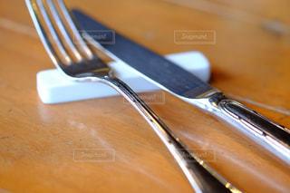 ナイフとフォークで木製のまな板の写真・画像素材[925235]
