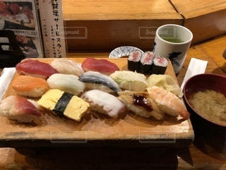 カウンターで食べる寿司ランチの写真・画像素材[988936]