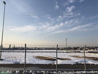 雪の日の空き地の写真・画像素材[988938]