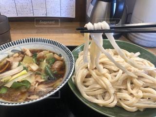 テーブルの上に食べ物のボウルの写真・画像素材[2937727]