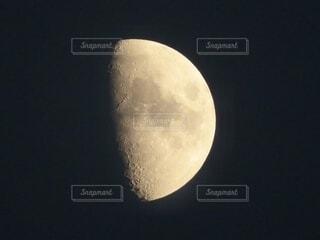 月(月齢7.7)の写真・画像素材[4928021]