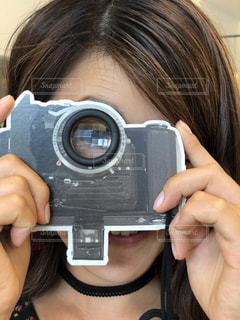 カメラを持って女性の写真・画像素材[1715072]