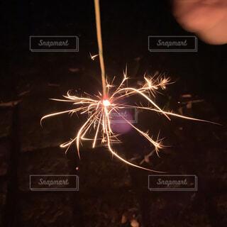 夏の終わりの線香花火の写真・画像素材[4926586]