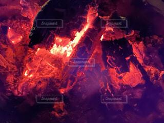 焚き火のクローズアップの写真・画像素材[4933114]