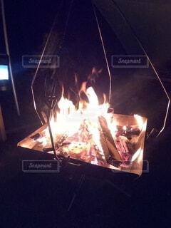 淡々と燃える焚火の写真・画像素材[4945234]