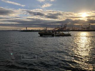 夕陽と海と船の写真・画像素材[4941854]
