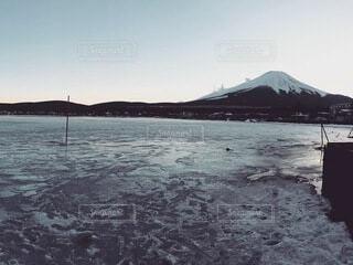 凍った湖と富士山の写真・画像素材[4941870]