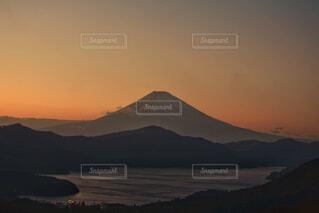 夕暮れ時の箱根から見た富士山と芦ノ湖の写真・画像素材[4941969]