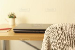 机の上のノートパソコン - No.863899