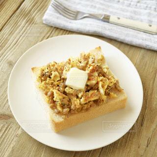 納豆卵にバターをのせての写真・画像素材[2395897]
