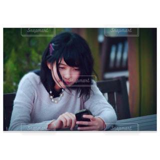 テーブルに座っている女性の写真・画像素材[898736]