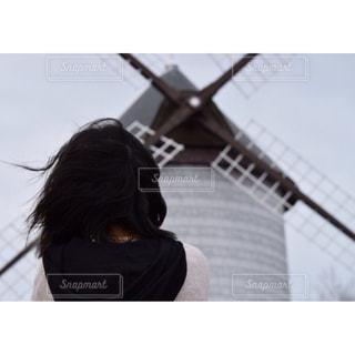 風車を見る女性の写真・画像素材[1069692]