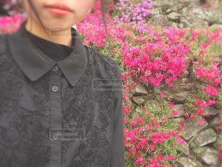 花の前に立っている人 - No.1132106