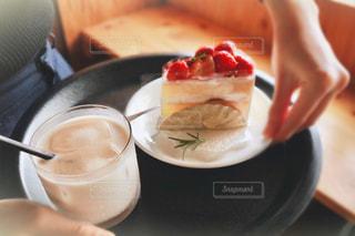 テーブルの上にケーキを置くの写真・画像素材[3175393]